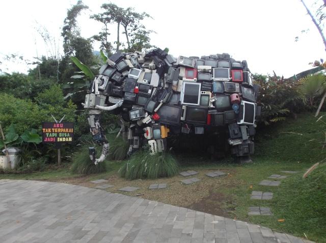 Patung gajah dari ratusan TV bekas