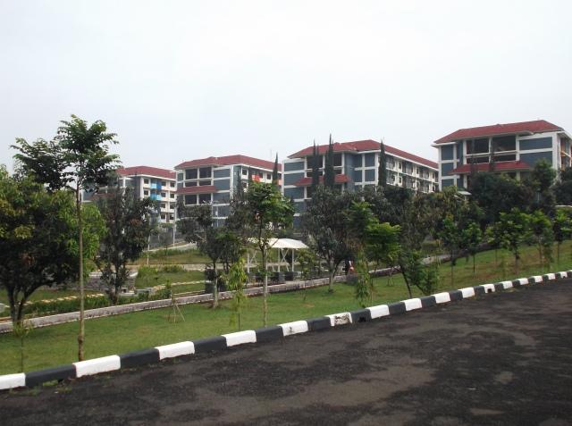 Asrama mahasiswa (4 gedung) dari kejauhan.