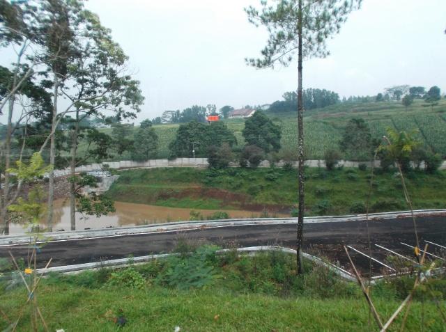 Dam untuk pengendalian banjir. Di sebelah dam terdapat jogging track.