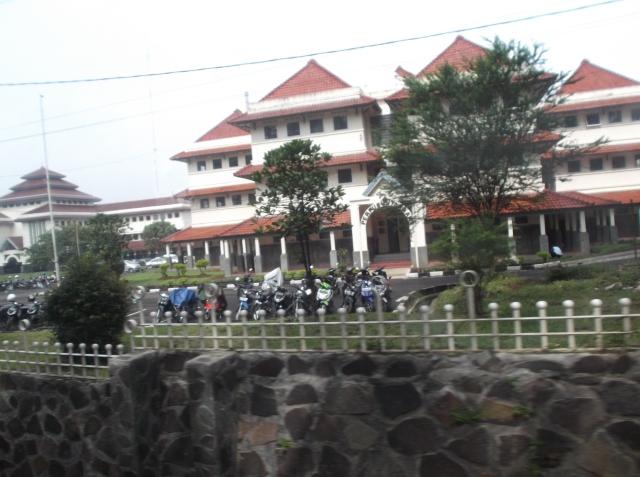 Gedung lain tampak dari jalan
