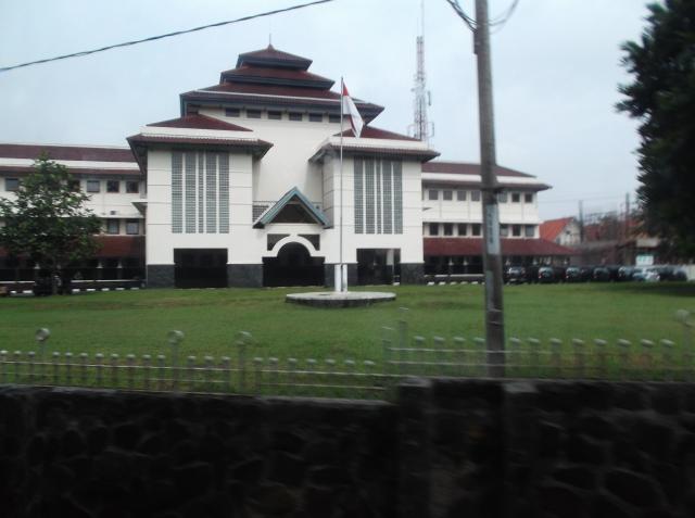 Gedung rektorat tampak dari jalan raya