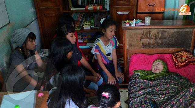 Bu Een didatangi murid-murid yang bertanya tentang pelajaran sekolah. (Sumber foto: Liputan6.com)