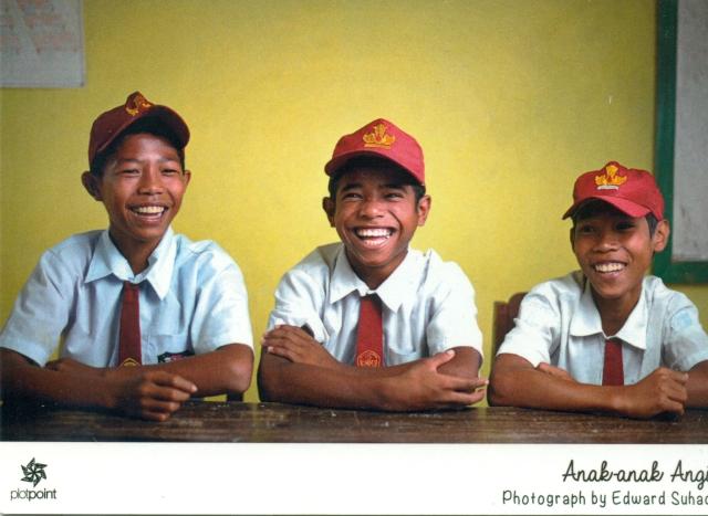 Tiga orang murid SD Bibinoi dengan wajah tipikal khas Maluku.