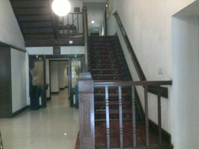 Ini tangga ke lantai dua, masih tangga yang sama seperti dulu ketika saya naik ke atas menuju kamar teman saya.