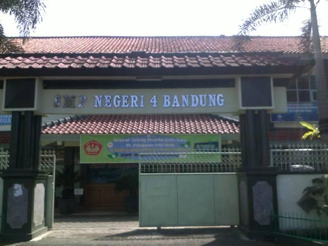 Gerbang SMP Negeri 4 Bandung.