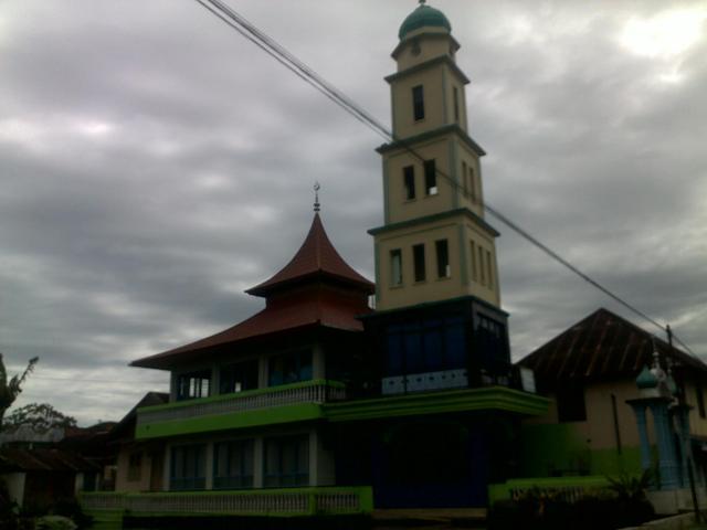 Mushola dengan menara seperti Jam Gadang.