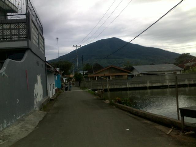 Gunung Singgalang tampak dari rumah-rumah penduduk di Birugo.