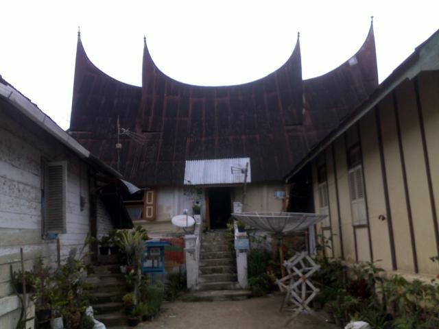 Rumah penduduk dengan arsitektur rumah gadang.