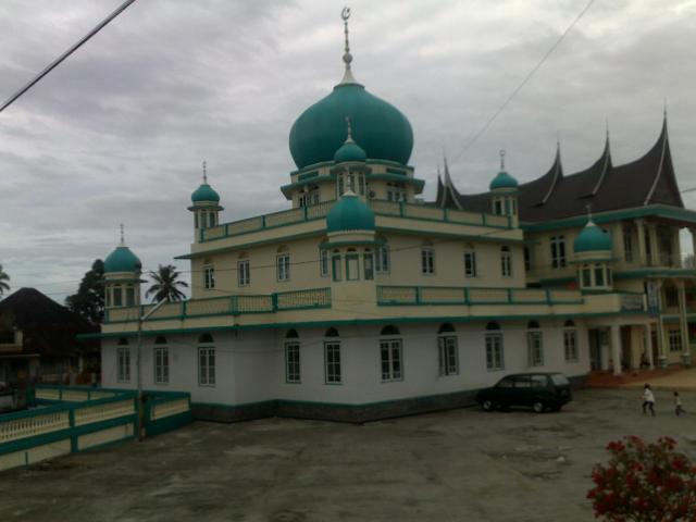 Masjid Jami Birugo dengan sebuah rumah gadang di sebelahnya.