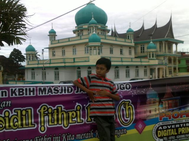 Anak saya di depan Masjid Jami Birugo.