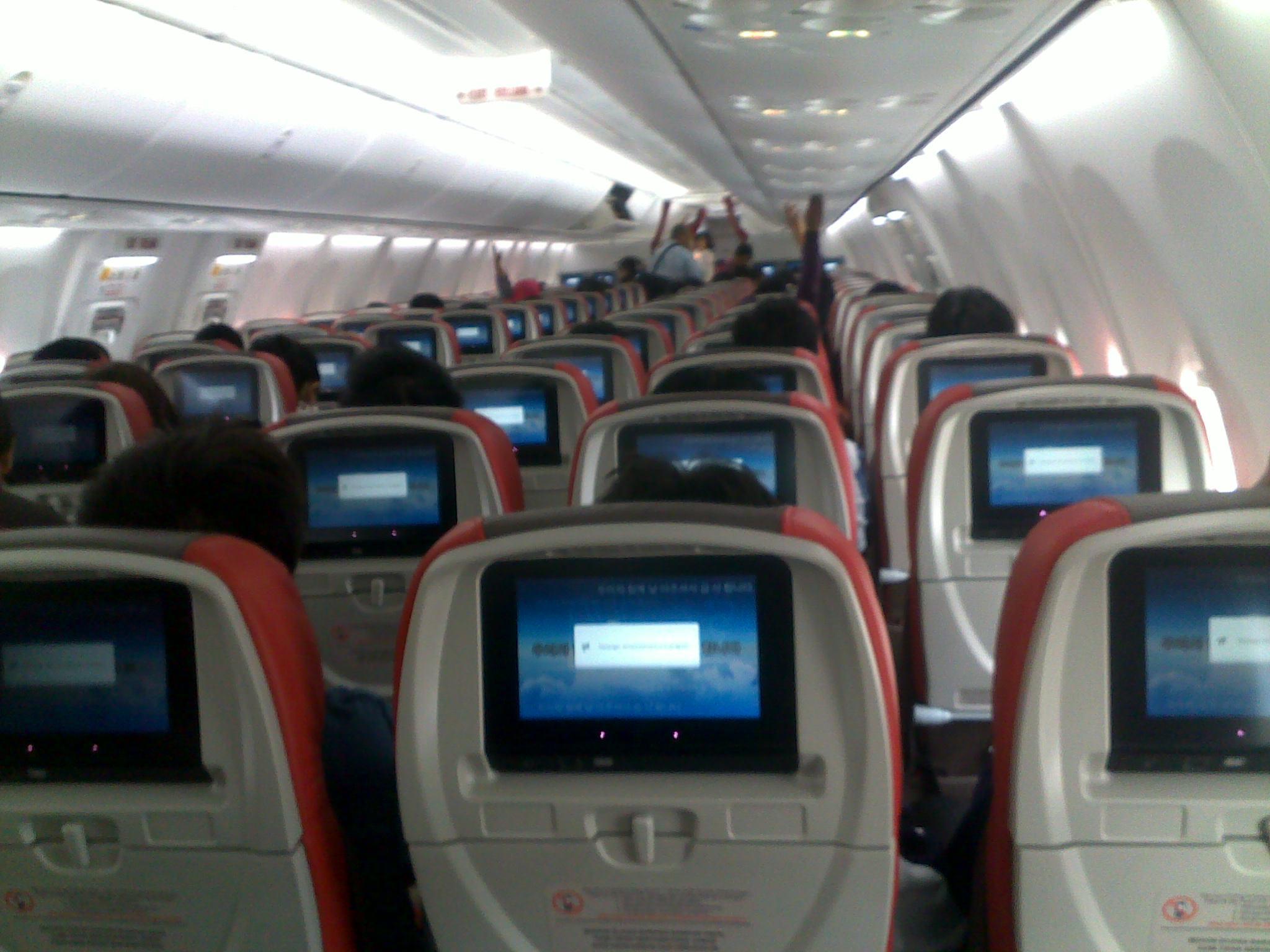 TV layar sentuh di depan setiap kursi penumpang