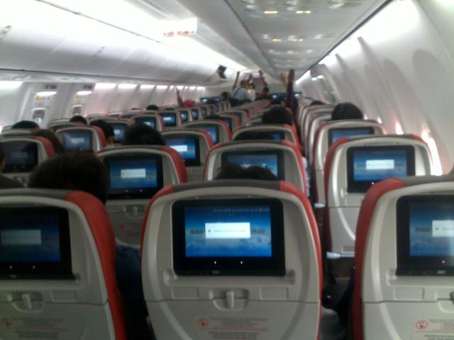 TV layar sentuh di depan setiap kursi penumpang.