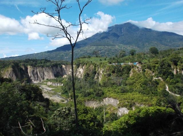 Ngarai Sianok berpagar Gunung Singgalang.