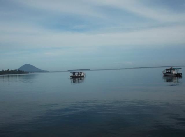 Sebuah perahu siap mengantar anda ke Bunaken
