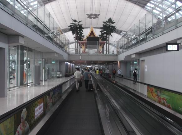 Terminal kedatangan di Bandara Suvannabhumi yang megah.