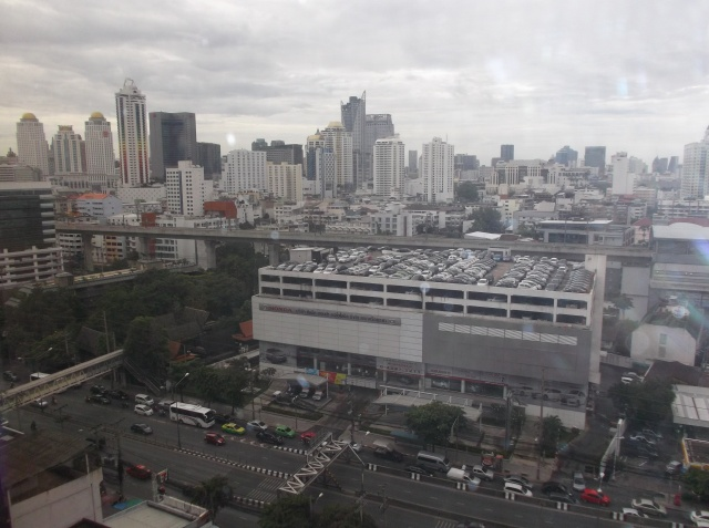 Pemandangan kota Bangkok dari lantai 14 The Sukosol Hotel.