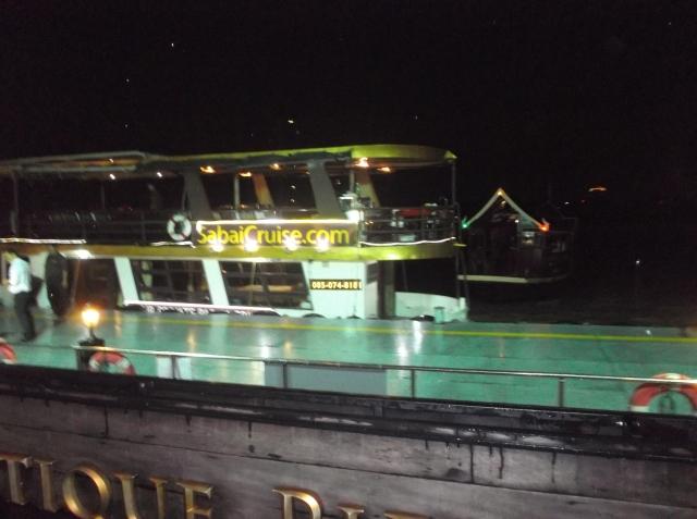 Perahu penumpang siap mengangkut pengunjung secara gratis.