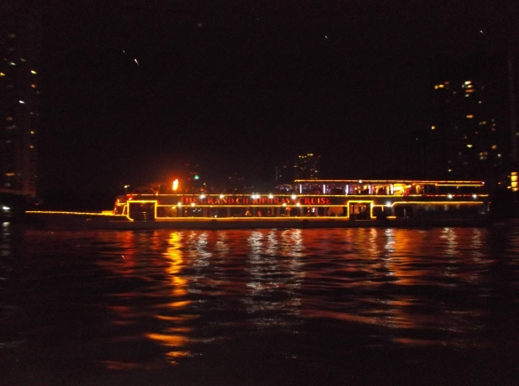 Kapal pesiar yang bermandikan cahaya lampu.