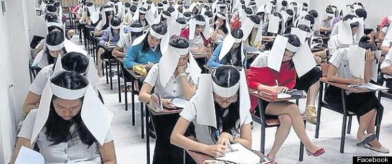 Mahasiswa pakai penutup mata kertas --mirip kacamata kuda-- saat ujian
