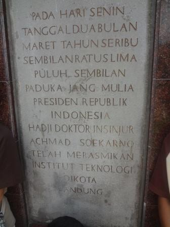 "Pada tugu peresmian ITB oleh Bung Karno ini, nama ITB adalah ""Institut Teknologi di Kota Bandung"". Sumber gambar: http://aleut.wordpress.com/2011/05/24/the-unknown-itb/"