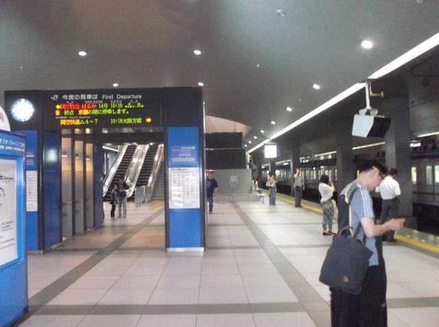 Stasiun Kansai Airport yang bersih dan nyaman.