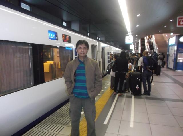 Narsis di depan KA Haruka di stasiun Kansai.