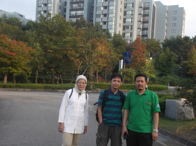 Foto narsis dengan Bu Hira dan Prof. Suwarno (Dekan STEI-ITB)