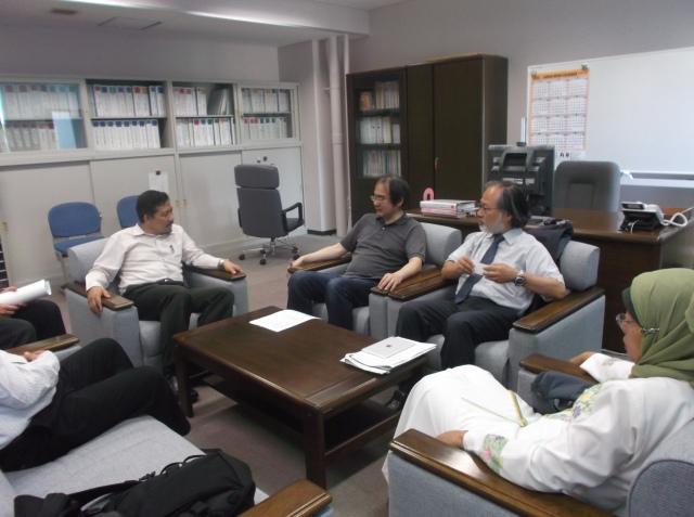 Dekan STEI-ITB dan Prof Tetsuo Asano sedang berbincang.