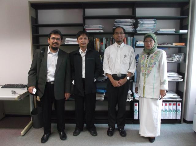Foto bersama di dalam lab-nya pak Khoirul Anwar.