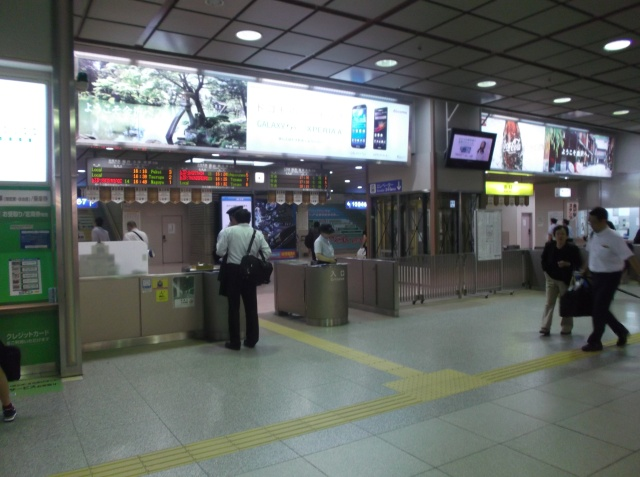 Suasana di dalam stasiun Kanazawa.