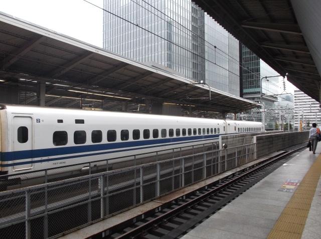 Gerbong kereta Shinkansen yang berwarna putih.