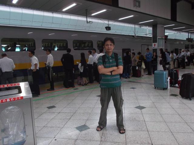 Narsis dulu di depan Shinkansen.