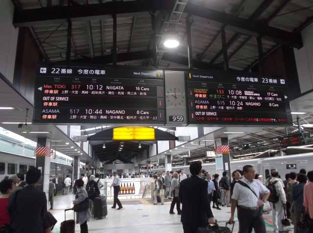 Ramai sekali penumpang turun naik kereta Shinkansen di Tokyo.