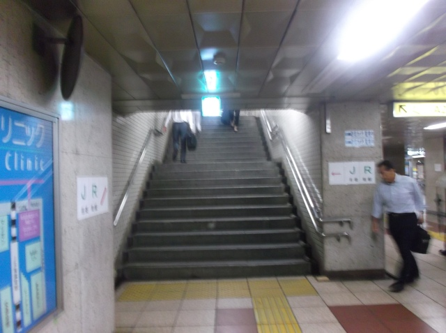 Anak tangga ke bawah dari atas permukaan tanah.