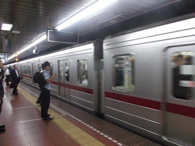Kereta subway baru datang.
