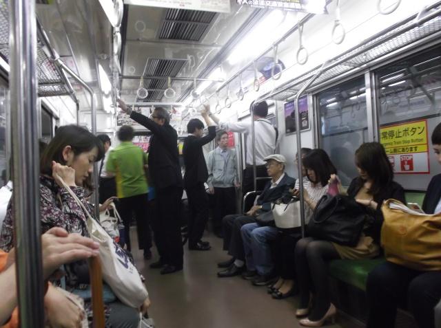 Suasana di dalam gerbong subway.