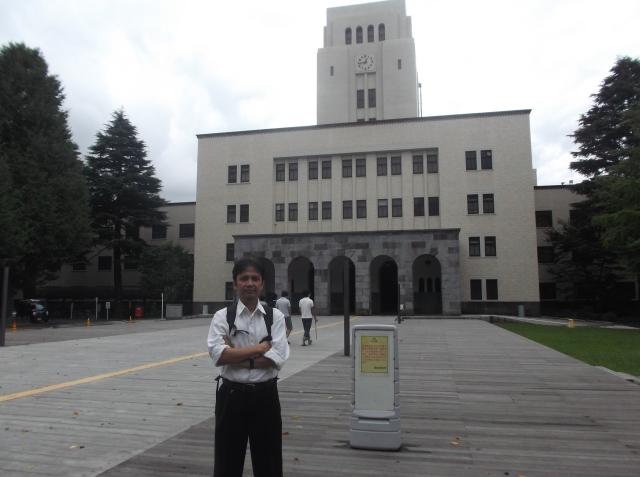 Narsis dulu di depan gedung utama kampus Ookayama