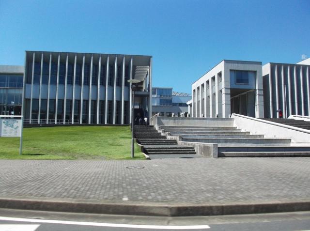 Bangunan utama di kampus Fujishawa.
