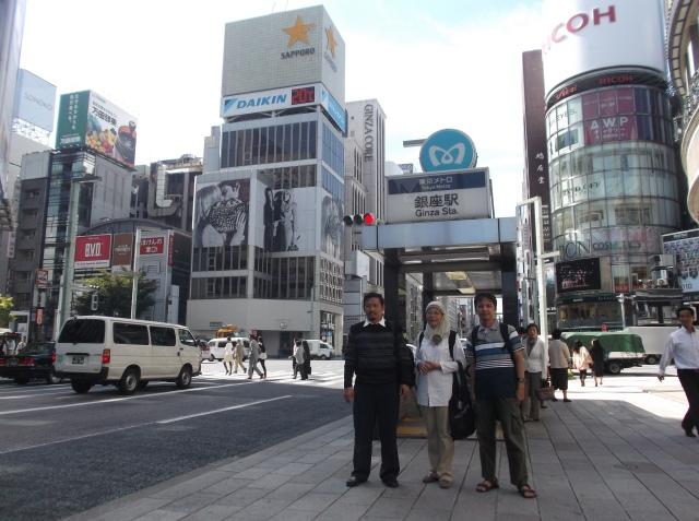 Pak Dekan, saya, dan Bu Hira di Ginza.
