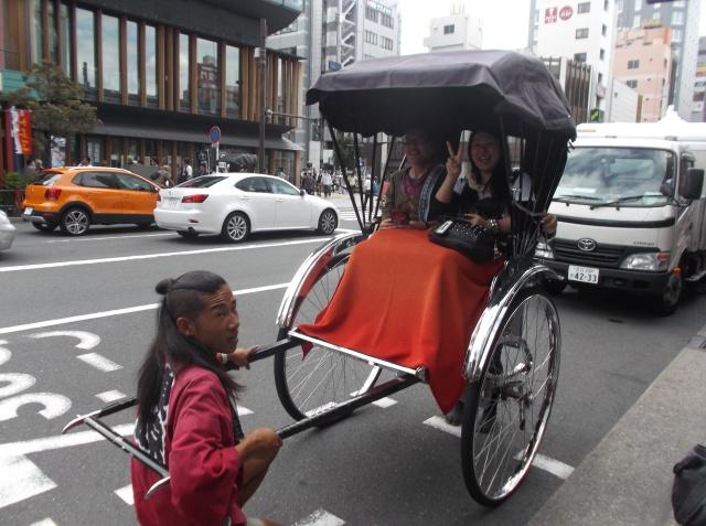 Becak tradisionil Jepang yang ditarik manusia di Sasuka