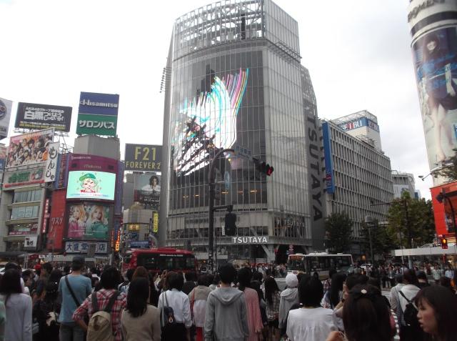 Gedung-gedung tinggi yang dindingnya menjadi megatron di Shibuya