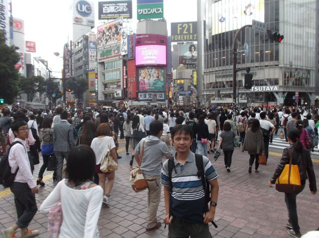 Orang-orang menyeberang jakan laksana air bah di Shibuya
