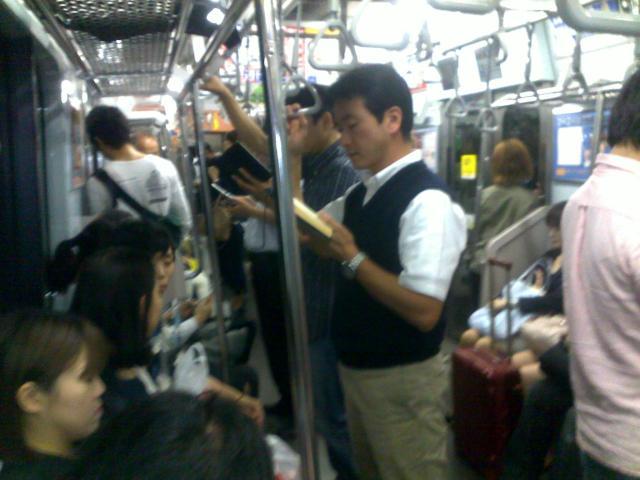 Sambil berdiri di atas kereta pun tetap membaca.