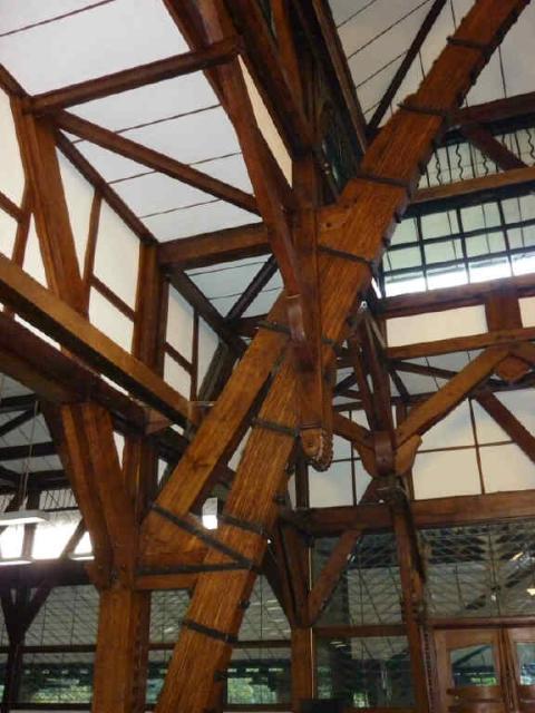 Kayu-kayu di dalam Aula Barat  sesuai kondisi aslinya. (Foto dari Bu Irawati, WRSO ITB).