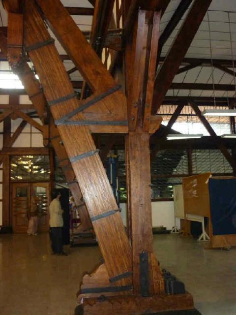 Warna kayu yang asli sesuai kondisi Aula Barat yang aslinya. (Foto dari Bu Irawati, WRSO ITB).