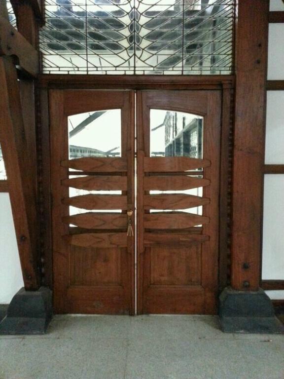 Pintu masuk dan gagangnya persis seperti aslinya. (Foto dari Bu Irawati, WRSO ITB).