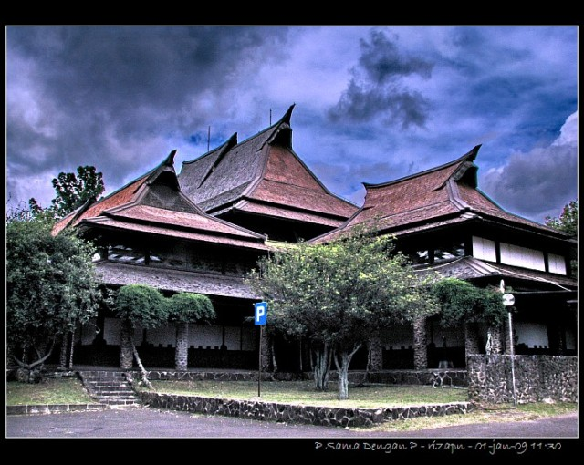 Aula Barat ITB (Sumber:  http://www.itb.ac.id/gallery/4049)