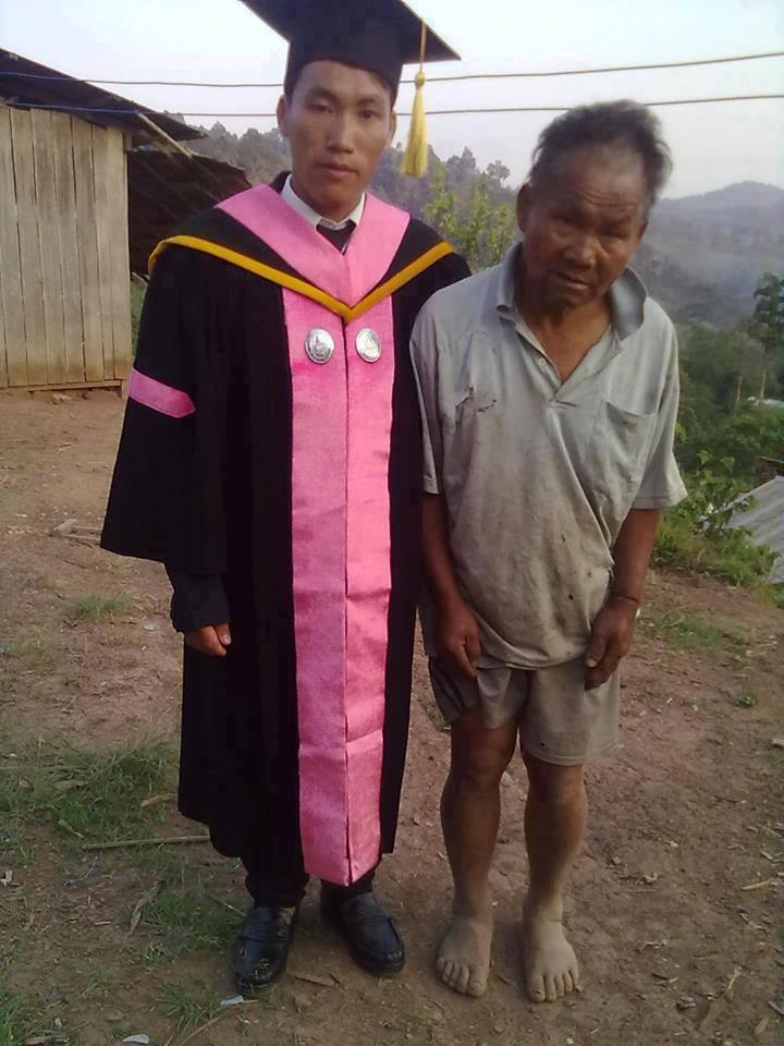 Foto Wisuda Anak Petani Miskin dan Ayahnya
