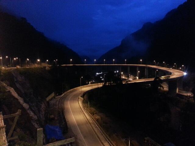 Jembatan layang Kelok 9 dikala malam (Sumber: https://pbs.twimg.com/media)