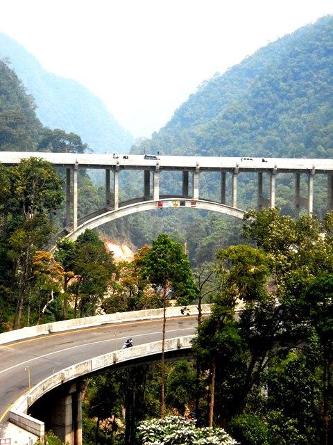 Jembatan layang Kelok Sambilan. Tinggi kaleee... (Sumber: http://www.skyscrapercity.com/showthread.php?t=1570949&page=7)
